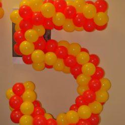 Плетёная цифра 5 из шаров